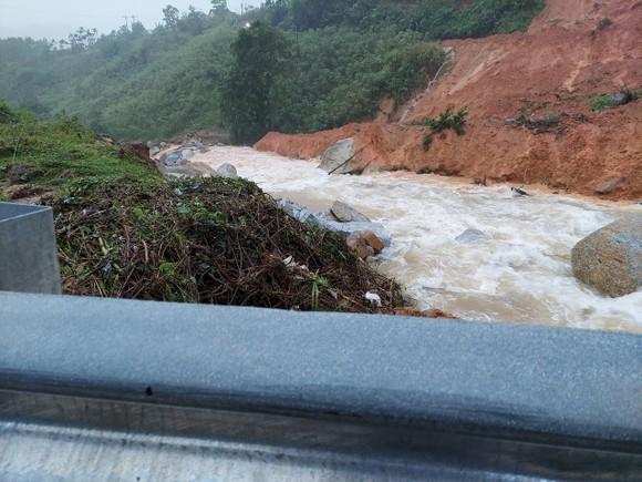 Tiếp tục sạt lở ở Quảng Ngãi, di dời dân khẩn cấp ảnh 6