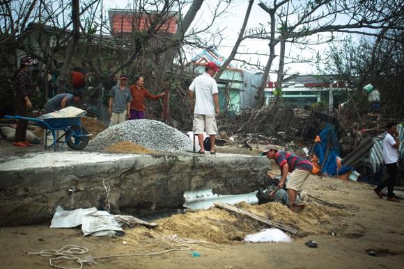 Triều cường, sóng lớn đánh sập nhà dân ở Quảng Ngãi ảnh 14