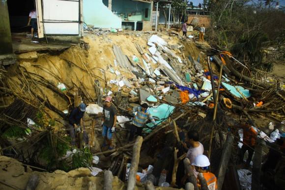 Triều cường, sóng lớn đánh sập nhà dân ở Quảng Ngãi ảnh 4