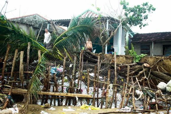 Triều cường, sóng lớn đánh sập nhà dân ở Quảng Ngãi ảnh 11