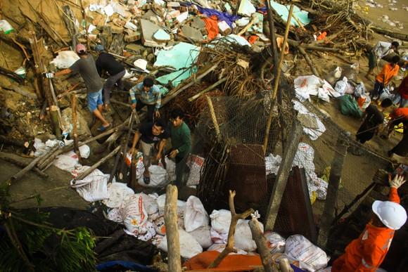 Triều cường, sóng lớn đánh sập nhà dân ở Quảng Ngãi ảnh 1