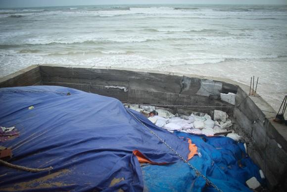 Triều cường, sóng lớn đánh sập nhà dân ở Quảng Ngãi ảnh 9