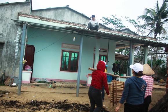 Triều cường, sóng lớn đánh sập nhà dân ở Quảng Ngãi ảnh 12
