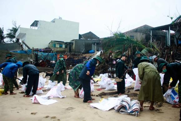 Bộ đội giúp dân chống sạt lở bờ biển Bình Hải ảnh 5