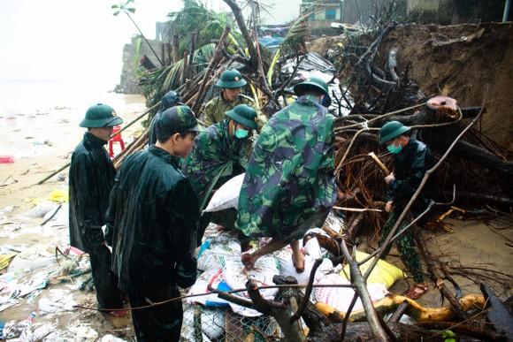 Bộ đội giúp dân chống sạt lở bờ biển Bình Hải ảnh 1