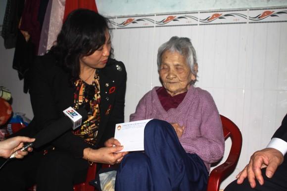 TPHCM trao quà chăm lo tết cho người dân Quảng Nam, Quảng Ngãi ảnh 6
