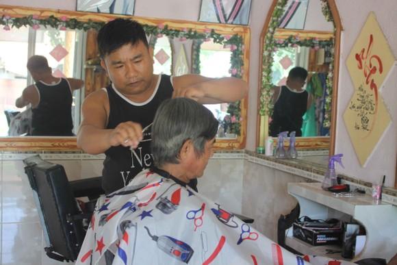 Người cắt tóc miễn phí ở vùng núi Trà Bồng được Thủ tướng tặng bằng khen  ảnh 1