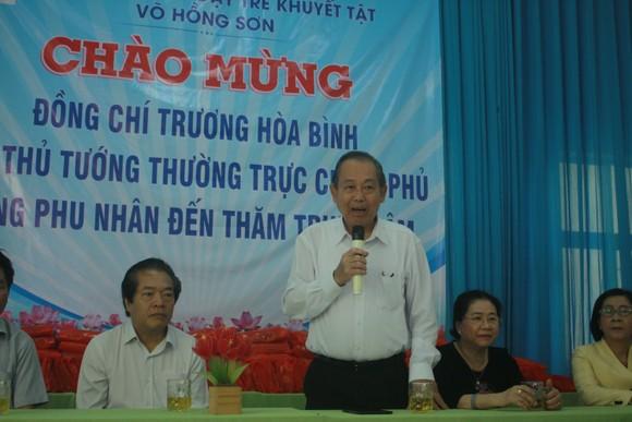 Phó Thủ tướng Trương Hòa Bình thăm Trung tâm Nuôi dạy trẻ khuyết tật Võ Hồng Sơn và dâng hương Địa đạo Hiệp Phổ Nam ảnh 1