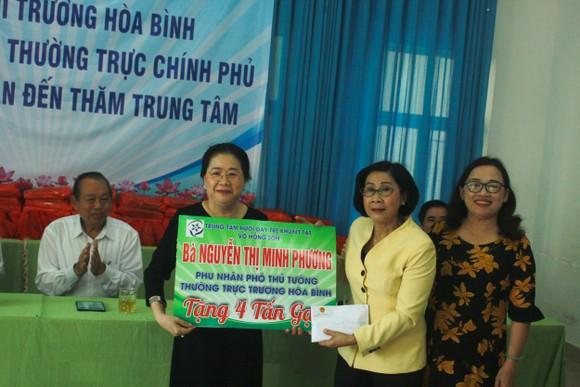 Phó Thủ tướng Trương Hòa Bình thăm Trung tâm Nuôi dạy trẻ khuyết tật Võ Hồng Sơn và dâng hương Địa đạo Hiệp Phổ Nam ảnh 2
