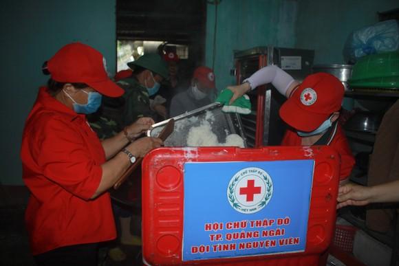 Nấu cơm và hỗ trợ thực phẩm cho người dân yên tâm cách ly phòng chống Covid-19 ảnh 7