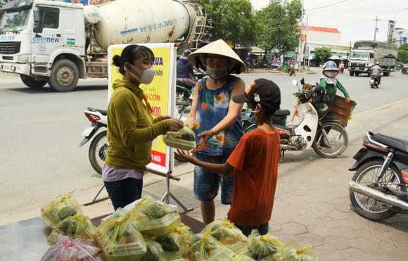 Quảng Ngãi: Hàng trăm suất cơm phát miễn phí cho người khó khăn ảnh hưởng bởi dịch Covid-19 ảnh 1