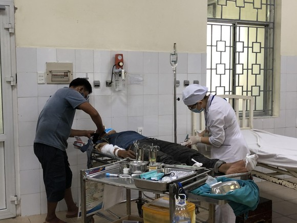 Quảng Ngãi: 3 người bị điện giật bỏng nặng khi đang thi công nhà ảnh 1