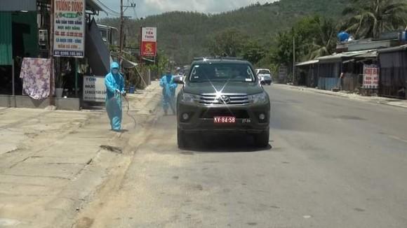 Quảng Ngãi: Huy động xe chuyên dụng phun khử khuẩn khu vực thị xã Đức Phổ ảnh 1