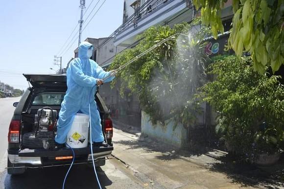 Quảng Ngãi: Huy động xe chuyên dụng phun khử khuẩn khu vực thị xã Đức Phổ ảnh 2