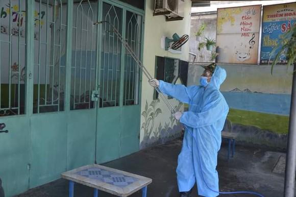 Quảng Ngãi: Huy động xe chuyên dụng phun khử khuẩn khu vực thị xã Đức Phổ ảnh 3