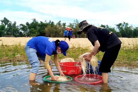 Quảng Ngãi, Quảng Bình hỗ trợ các nơi khó khăn vượt qua dịch Covid-19 ảnh 3