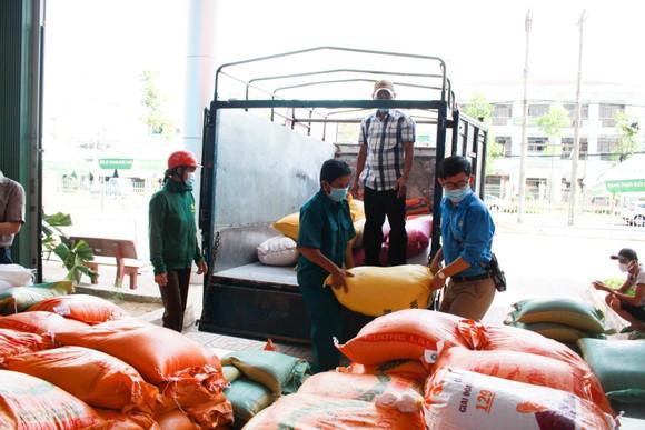 Quảng Ngãi gửi 1.000 suất quà quê hỗ trợ người dân TPHCM ảnh 2
