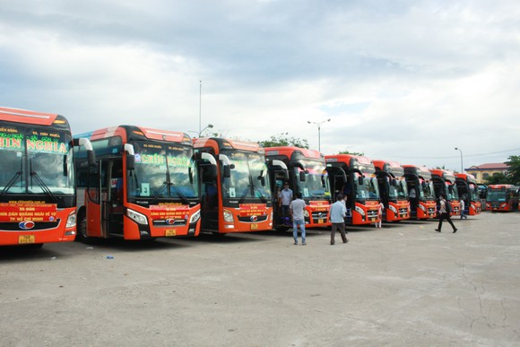 10 xe ô tô khách xuất phát từ Quảng Ngãi vào TPHCM đón người dân về quê ảnh 1