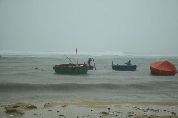 Các tỉnh miền Trung khẩn trương ứng phó bão số 5 đổ bộ  ảnh 4