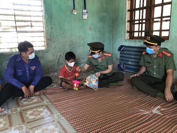 Thanh niên Công an tỉnh Quảng Ngãi tặng quà trung thu cho trẻ em vùng cao ảnh 2