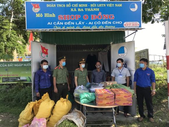 Thanh niên Công an tỉnh Quảng Ngãi tặng quà trung thu cho trẻ em vùng cao ảnh 3