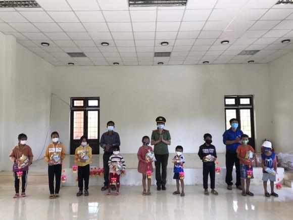 Thanh niên Công an tỉnh Quảng Ngãi tặng quà trung thu cho trẻ em vùng cao ảnh 1