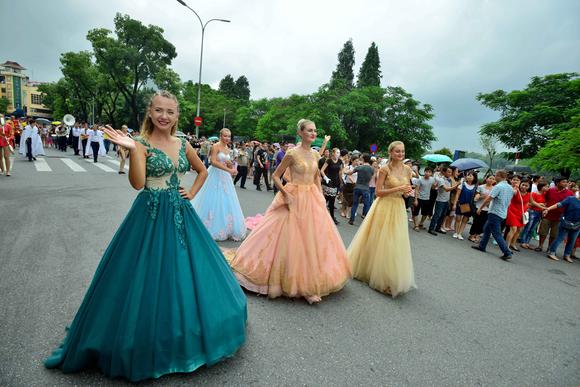Lần đầu tiên đoàn vũ công Carnival khuấy động phố đi bộ Hà Nội ảnh 3