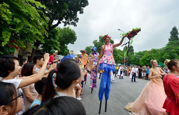 Lần đầu tiên đoàn vũ công Carnival khuấy động phố đi bộ Hà Nội ảnh 4