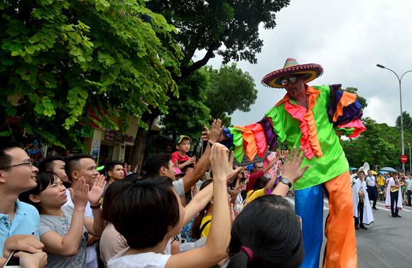 Lần đầu tiên đoàn vũ công Carnival khuấy động phố đi bộ Hà Nội ảnh 7