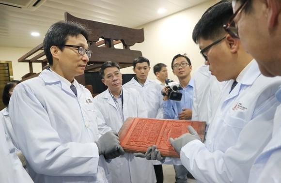 Phó Thủ tướng Vũ Đức Đam kiểm tra công tác lưu trữ Mộc bản triều Nguyễn