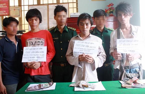 Lực lượng biên phòng tỉnh Bình Phước  tạm giữ các đối tượng buôn lậu qua biên giới