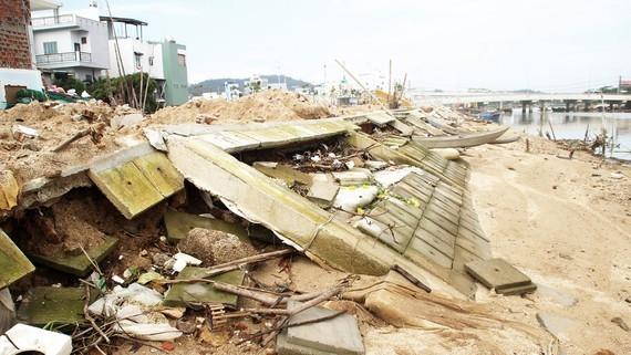 Gần 500m kè ở TP Quy Nhơn chưa kịp bàn giao đã bị sóng đánh tan hoang