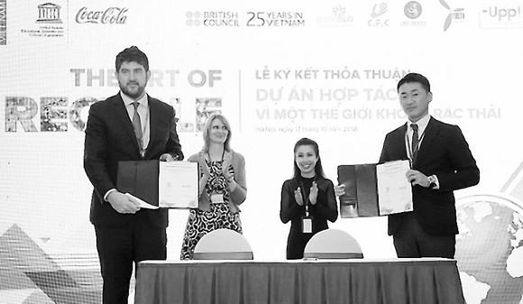 """UNESCO luôn đánh giá cao sự đồng hành của các doanh nghiệp để cùng giải quyết """"bài toán"""" môi trường tại các di sản Việt Nam. Trong ảnh: đại diện UNESCO (trái) ký kết hợp tác cùng Coca-Cola Việt Nam"""