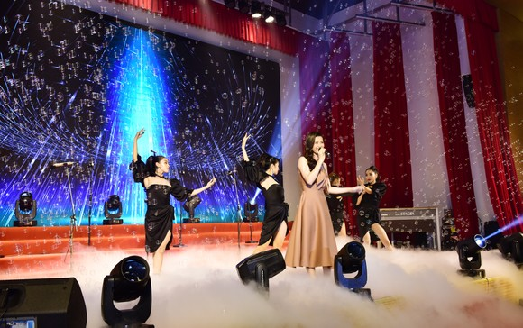 Ấm áp đêm nhạc Giáng sinh NHG 'Quà tặng yêu thương' ảnh 3