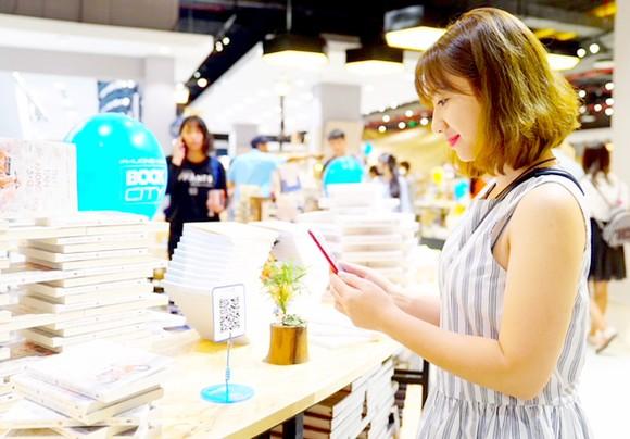 Thanh toán nhanh gọn khi mua sách tại Nhà sách Phương Nam