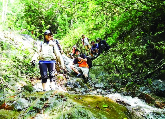 Nhiều nhóm bạn trẻ vẫn thường xuyên tổ chức các chuyến phượt mạo hiểm, đi bộ dài ngày xuyên rừng, vượt núi. Ảnh: BÙI ANH TUẤN
