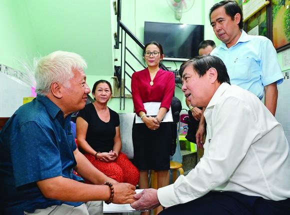 Lãnh đạo TPHCM thăm các gia đình chính sách ảnh 1