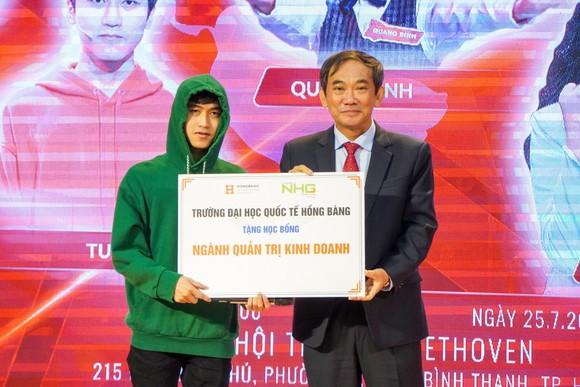 Đại học Quốc tế Hồng Bàng trao học bổng tài năng cho 'Siêu trí tuệ Việt' ảnh 1