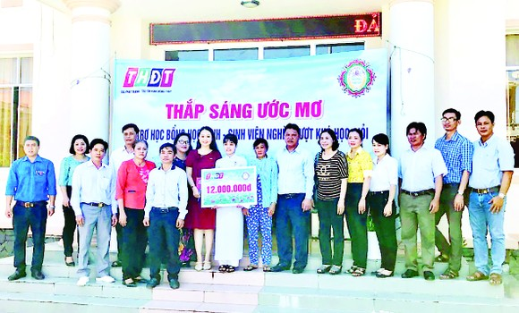 Công ty TNHH MTV Xổ số kiến thiết Đồng Tháp trao học bổng 'Thắp sáng ước mơ' tại huyện Tháp Mười ảnh 1