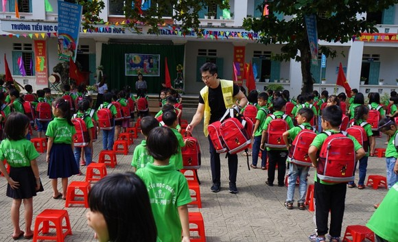 CapitaLand trao quà và học bổng cho hơn 1.400 học sinh tại 4 trường CapitaLand Hope nhân dịp Trung thu ảnh 1