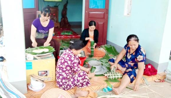 Người dân phường Ea Tam, TP Buôn Ma Thuột (Đắk Lắk) gói bánh tét, gửi tới bà con vùng lũ miền Trung