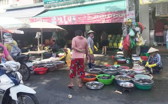 Chợ tự phát tại đường số 1, phường Tân Phú, quận 7. Ảnh: NGUYỄN HÒA