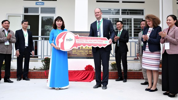 Ông John Fering, Tổng Giám đốc ngành thức ăn chăn nuôi của Cargill Thái Lan và Việt Nam trao chìa khóa cho Hiệu trưởng Trường Tiểu học Văn Thành.