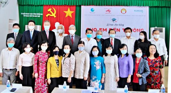 340 học sinh ở Đồng Nai nhận học bổng 'Cho em đến trường' ảnh 1