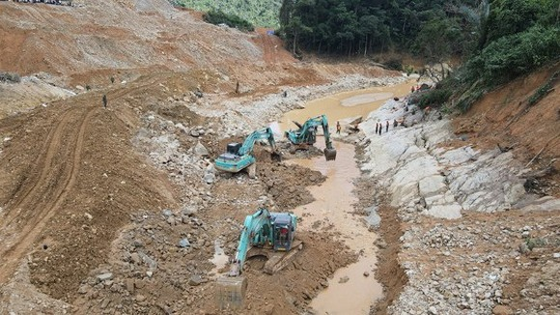 Các lực lượng đang nỗ lực tìm kiếm các nạn nhân mất tích còn lại dưới lòng sông Rào Trăng