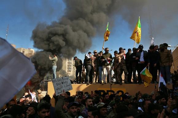 Tấn công gần Đại sứ quán Mỹ ở Iraq ngày 31-12-2019. Ảnh minh họa: AP