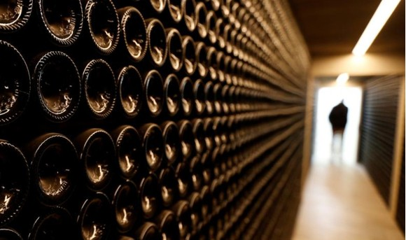 Rượu vang đỏ trong hầm rượu của Chateau Le Puy, ở Saint Cibard, Pháp, ngày 3-10-2019. Ảnh: REUTERS