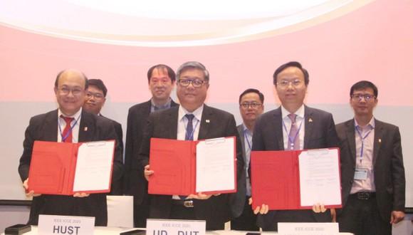 3 trường ĐH Bách khoa cũng ký kết về việc tổ chức Hội nghị Quốc tế về truyền thông và điện tử. Ảnh: hcmut