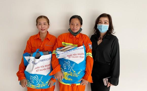 Trao quà tết cho 300 nữ công nhân vệ sinh môi trường ảnh 2