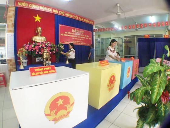 Công tác chuẩn bị ở một điểm bầu cử đại biểu Quốc hội khóa XIV và đại biểu HĐND các cấp, nhiệm kỳ 2016-2021, tại TPHCM, tháng 5-2016. Ảnh minh họa: THANH HẢI